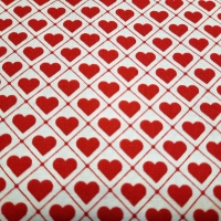 Bezaubernder Patchworkstoff natur mit roten Herzen