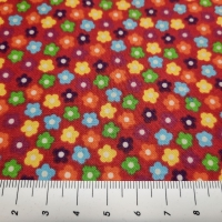 Fröhlicher Patchworkstoff mit kleinen bunten Streublümchen